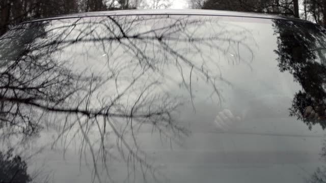 mann fahren ein auto - sicherheitsmaßnahme stock-videos und b-roll-filmmaterial