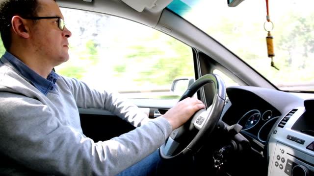 vídeos y material grabado en eventos de stock de hombre conducir un vehículo - taxista