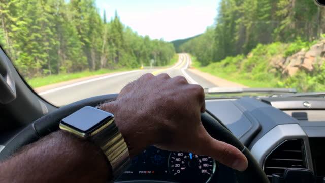 スマートウォッチを使用しながら車を運転する男 - 落ち着かない点の映像素材/bロール