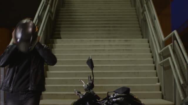 vidéos et rushes de homme au volant d'une moto de nuit - veste et blouson