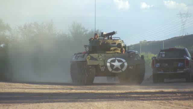 ms ts td r/f man driving and turning m18 hellcat tank / peoria, arizona, united states - 装甲車点の映像素材/bロール