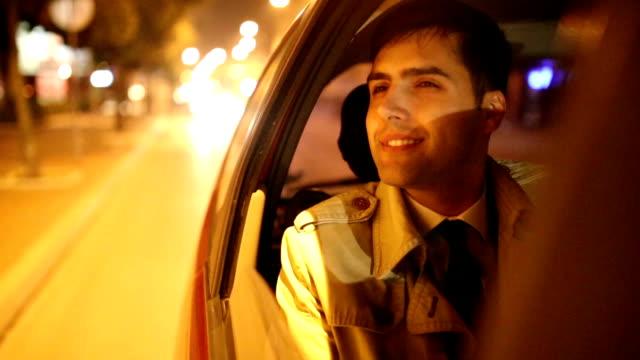 Mann fahren in der Nacht in dem Auto