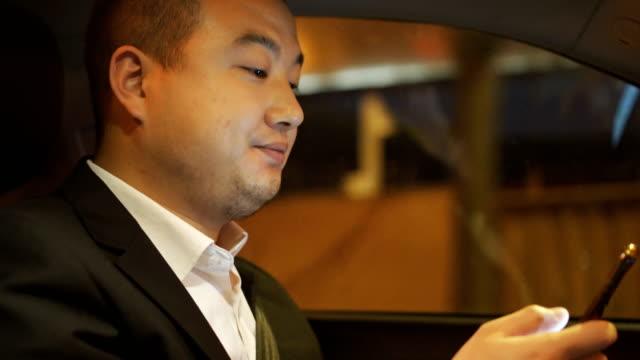 夜に車を運転する男 - 内部点の映像素材/bロール