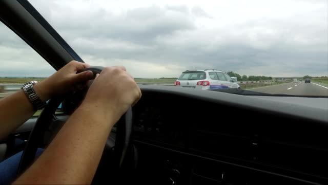 vídeos y material grabado en eventos de stock de hombre en automóvil coche muy rápido en la carretera - estribo de coche