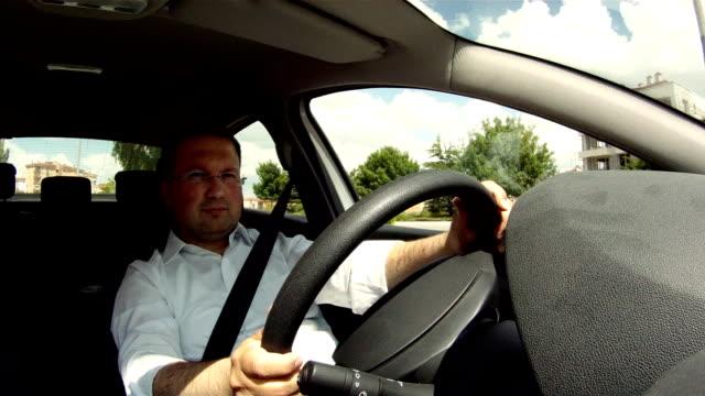 vidéos et rushes de homme au volant d'une voiture - essai de voiture