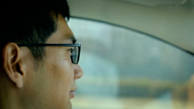 man driving car - ドライブ点の映像素材/bロール