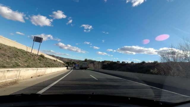 vidéos et rushes de homme au volant d'une voiture  - dedans