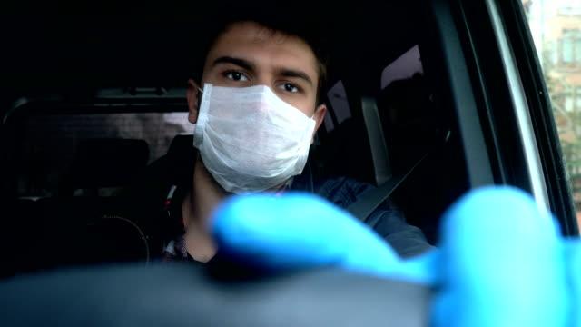 vídeos y material grabado en eventos de stock de hombre conduciendo coche con máscara de la cara y guante. prevención del coronavirus. - taxista