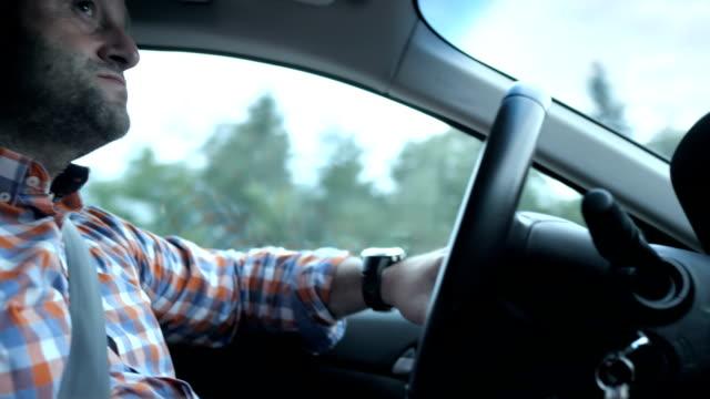 hd: man driving his car - profil sedd från sidan bildbanksvideor och videomaterial från bakom kulisserna