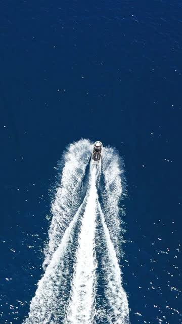 uomo alla guida di moto d'acqua in oceano - acquascooter video stock e b–roll