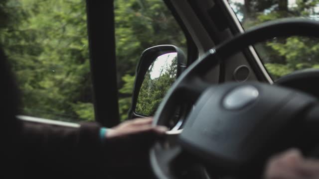 uomo alla guida di un furgone a motore in montagna durante le vacanze - sunday video stock e b–roll