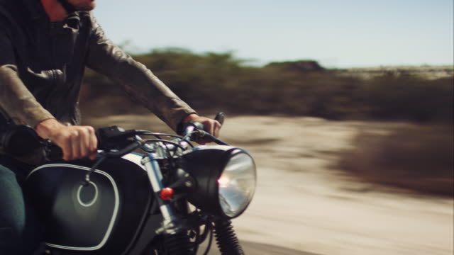 stockvideo's en b-roll-footage met man driving on his motorcycle on highway - exploratie