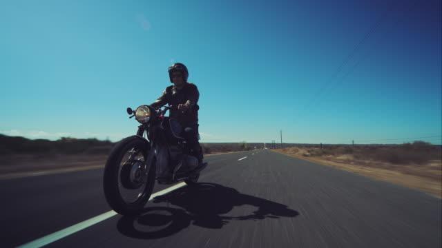 mann fahren sie auf dem motorrad auf der - motorrad stock-videos und b-roll-filmmaterial
