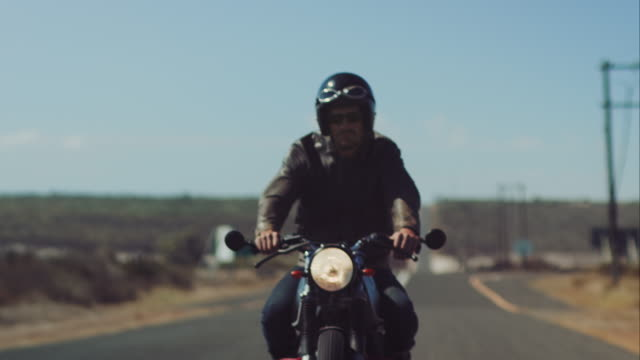 stockvideo's en b-roll-footage met man driving on his motorcycle on highway - valhelm