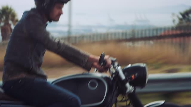Mann fahren auf dem Motorrad über die Stadt