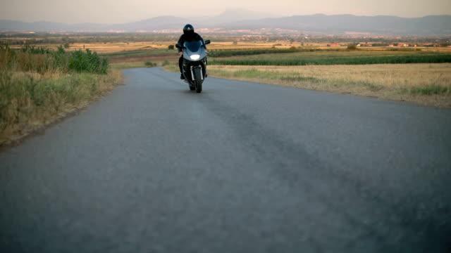 man driving on his motorcycle - casco da motociclista video stock e b–roll