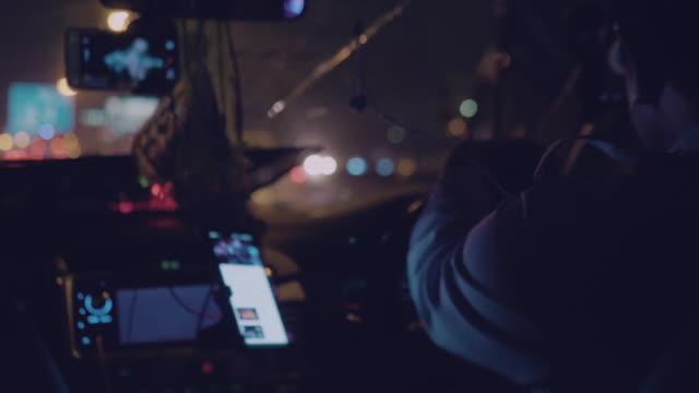 vídeos y material grabado en eventos de stock de un hombre conduciendo taxis en la ciudad de bangkok. - taxista