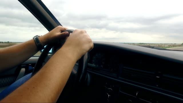 vídeos y material grabado en eventos de stock de hombre conduciendo coches de época en carretera - estribo de coche