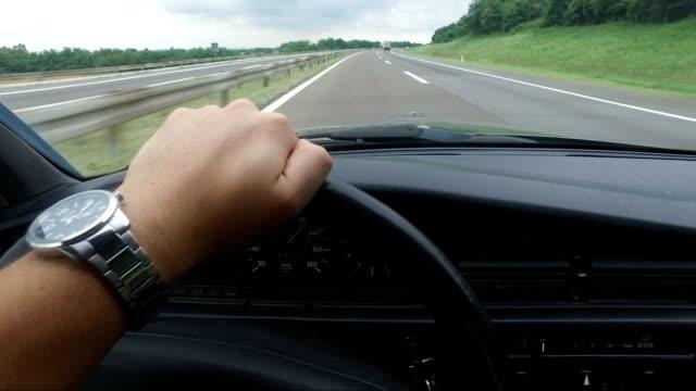 vídeos y material grabado en eventos de stock de hombre conduciendo coches de época en carretera, pov - estribo de coche