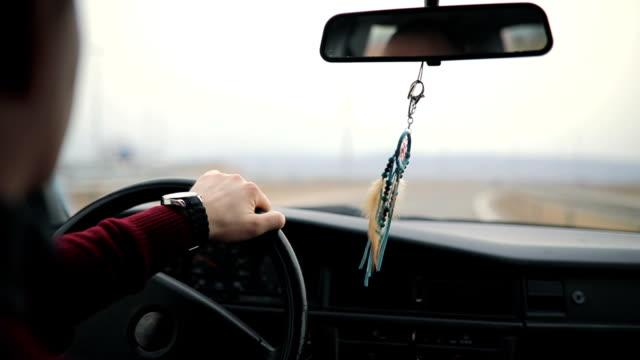 Mann fahren Oldtimer auf der Autobahn
