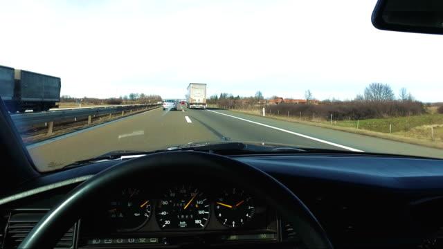 vídeos y material grabado en eventos de stock de hombre conduciendo coches de época muy rápido en carretera, pov - estribo de coche