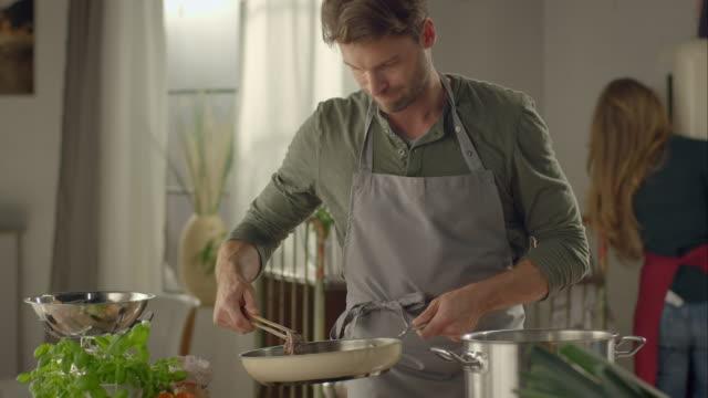 uomo gocce carne in padella - cooking pan video stock e b–roll