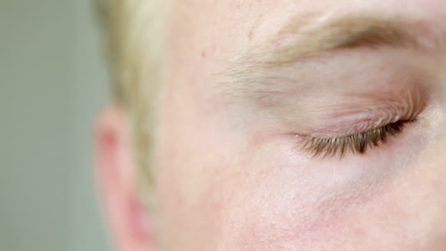 man drying his eyes, close up - trocknen stock-videos und b-roll-filmmaterial