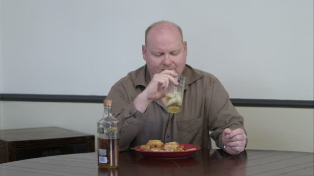 man eating a meal and drinking liquor. - 普若佛 個影片檔及 b 捲影像