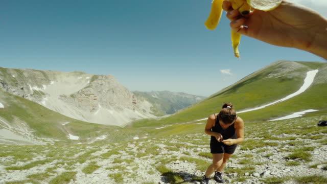 mann isst banane auf berg pov - subjektive kamera blickwinkel aufnahme stock-videos und b-roll-filmmaterial