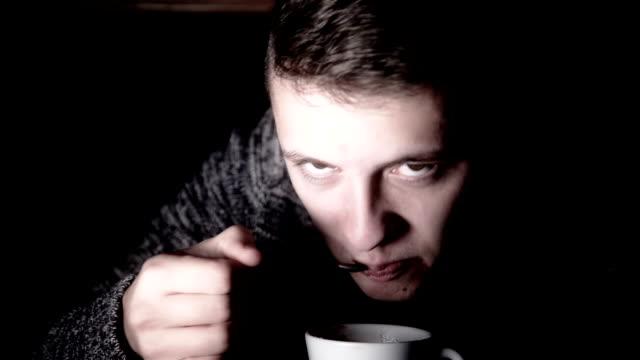 uomo mangia caffè - lingua umana video stock e b–roll