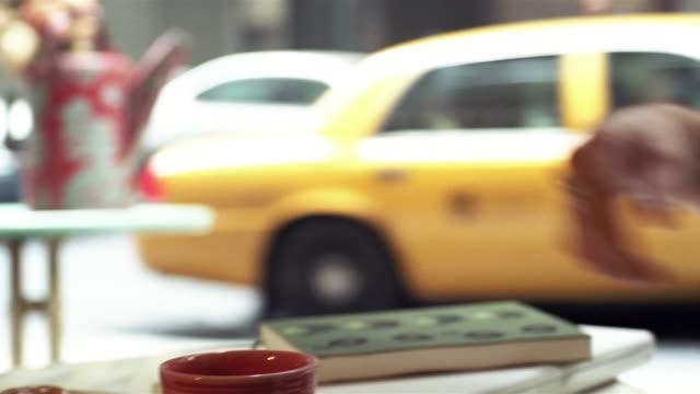 vídeos y material grabado en eventos de stock de cu, selective focus, man eating croissant in cafe, new york city, new york, usa - mesa baja de salón