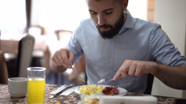 vídeos de stock, filmes e b-roll de pequeno-almoço do presunto e dos ovos de comer do presunto e dos ovos - mastigar