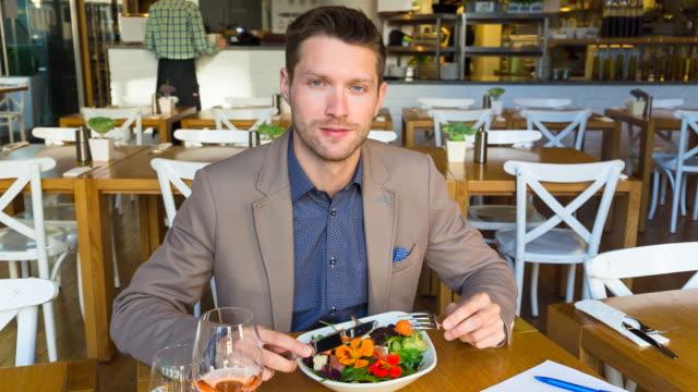 MS man eating lunch in restaurant, portrait