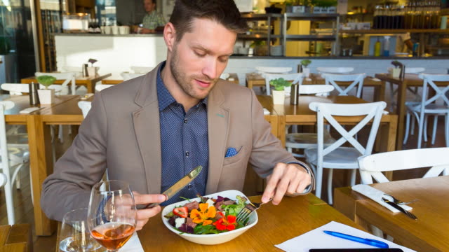 stockvideo's en b-roll-footage met ms man eating lunch in restaurant - tafelmanieren