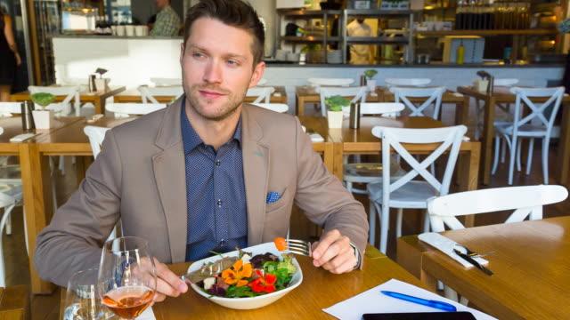 ms man eating lunch in restaurant - messer stock-videos und b-roll-filmmaterial