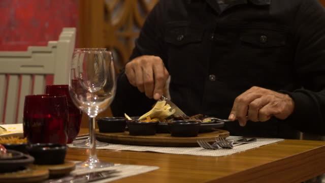 Menschen Sie essen Fajita mexikanisches Essen