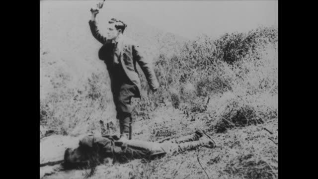 1918 man (buster keaton) eliminates dapper posse - pistole stock-videos und b-roll-filmmaterial