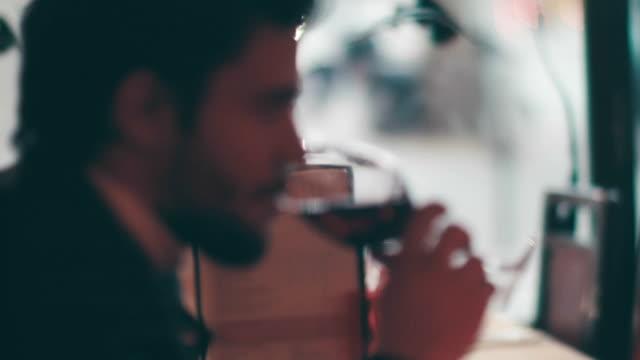 vidéos et rushes de homme de dégustation de vin rouge, à la maison - goûter