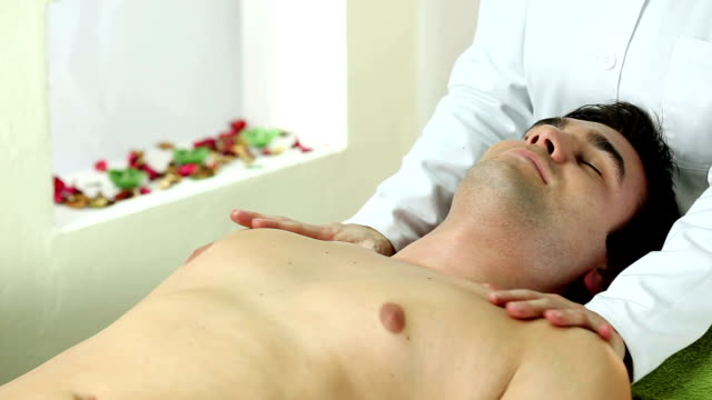 vidéos et rushes de homme appréciant un massage du dos - banc de massage