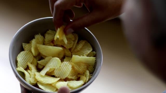 ポテトチップスを食べることを楽しむ男 - 肩の上に - 塩味スナック点の映像素材/bロール