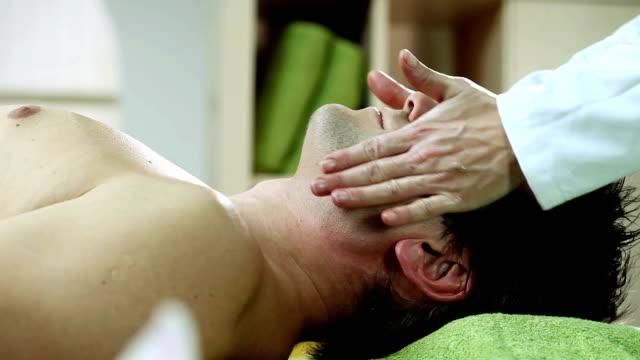 vidéos et rushes de homme appréciant un massage de la tête - banc de massage