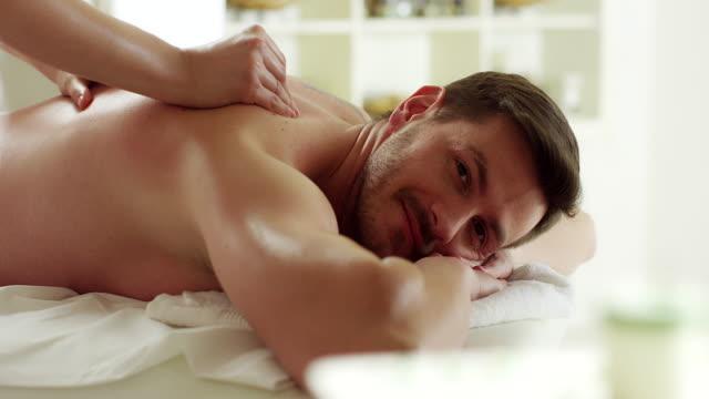 mann bei einer massage - gelassene person stock-videos und b-roll-filmmaterial