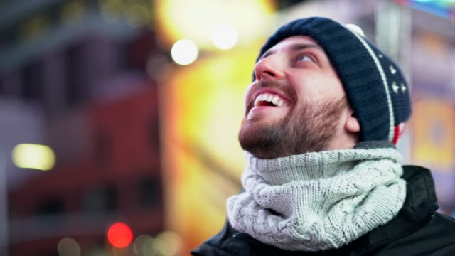 mann genießt den blick auf den times square in nyc - one man only stock-videos und b-roll-filmmaterial