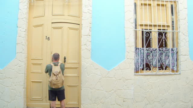 vídeos y material grabado en eventos de stock de man entering a house in havana, cuba - pared de cemento