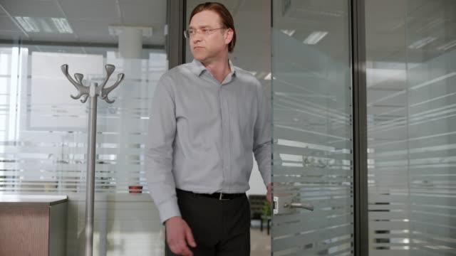 mann in einem büro - völlig lichtdurchlässig stock-videos und b-roll-filmmaterial