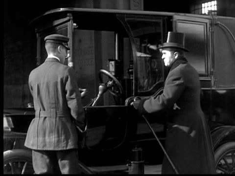 b/w, ms, man entering cab, 1924 - 1924年点の映像素材/bロール
