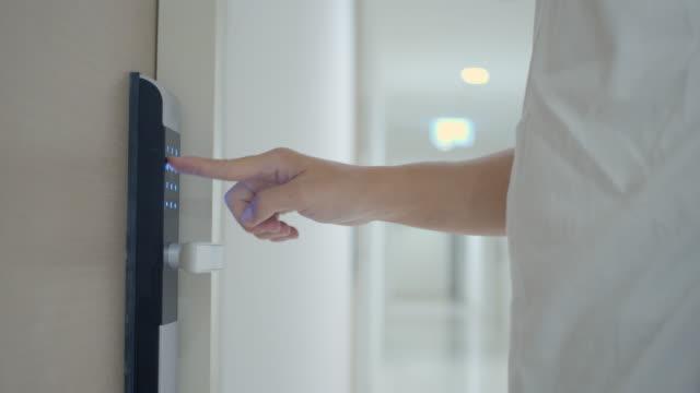 vídeos de stock e filmes b-roll de man enters passcode on electronic door for entry - equipamento elétrico equipamento de recreio