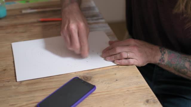 man erasing drawing - 消しゴム点の映像素材/bロール