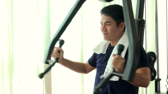 man exercise in gym - towel stock videos & royalty-free footage
