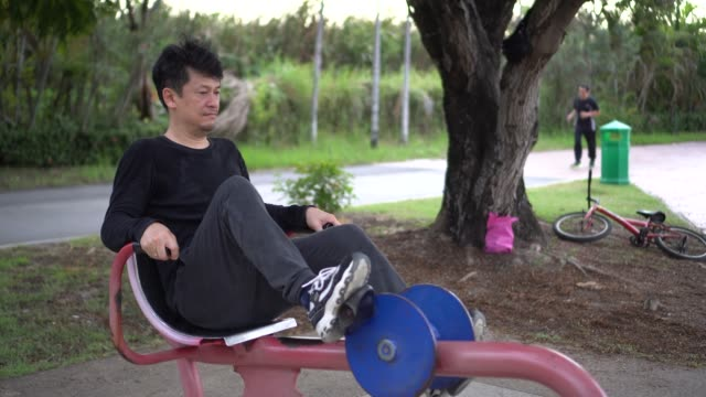 stockvideo's en b-roll-footage met man oefening in het park, - gymbroek